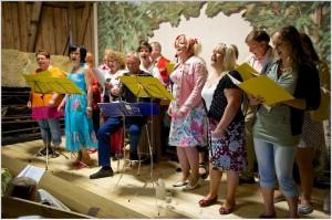 Lennä laulu meidän landelle -yhteislaulutapahtuma Kökkön makasiinissa Pitkäjärvellä kesäkuussa 2011. Kuva: Toni Kurvinen